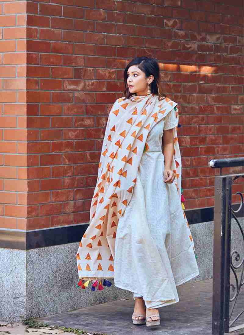 LIVA-Republic-Day-Office-Party-Trends-All-White-Kurta-With-A-Color-Pop